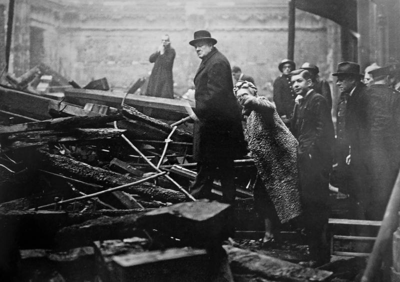 Премьер-министр Великобритании Уинстон Черчилль осматривает руины в Лондоне. 1940 г.