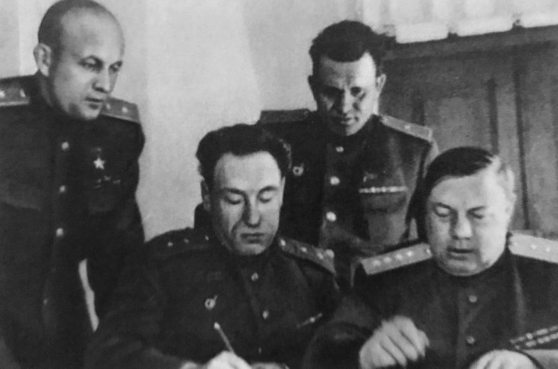 Командование 4-го Украинского фронта. Слева направо: Хрюкин, Бирюзов, Субботин, Толбухин. 1944 г.