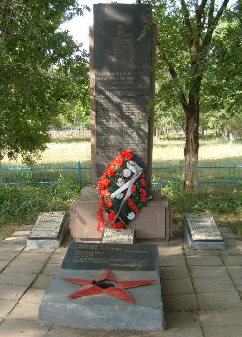 п. Линево Жирновского р-на. Братская могила советских воинов.