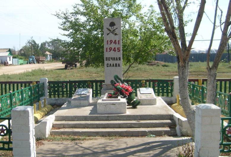 с. Недоступы Жирновского р-на. Братская могила советских воинов.