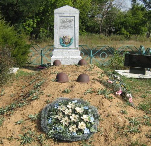 х. Селиванов Клетского р-на. Братская могила советских воинов, погибших во время Сталинградской битвы.