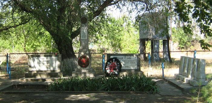 с. Александровка Иловлинского р-на. Братская могила советских воинов, погибших во время Сталинградской битвы.