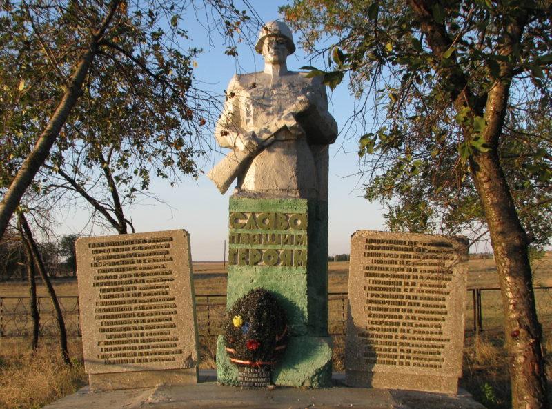 х. Васильевский Котельниковского р-на. Памятник, установленный на братской могиле, в которой захоронено 537 советских воинов.