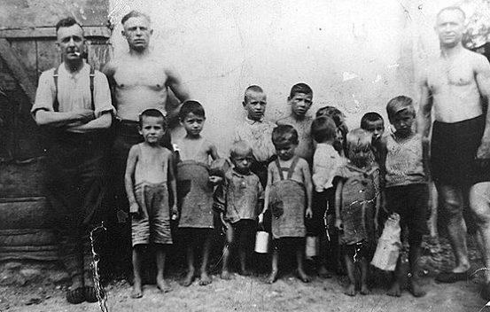 Немецкие военные и советские дети. Украина. Константиновка, 1942 г.