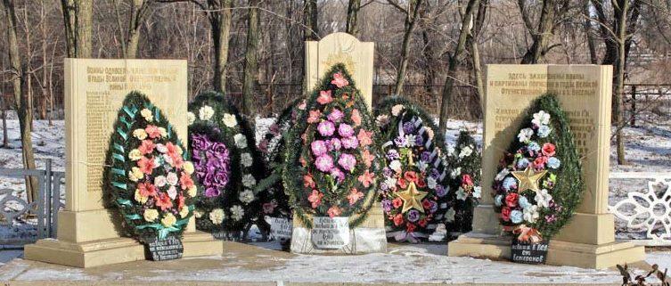 х. Веселый Котельниковского р-на. Памятник, установленный на братской могиле, в которой захоронено 32 советских воинов и партизан.