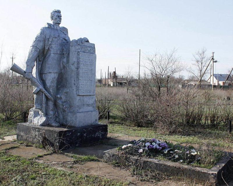 п. Выпасной Котельниковского р-на. Памятник, установленный на братской могиле, в которой похоронено 15 воинов, погибших в дни войны.