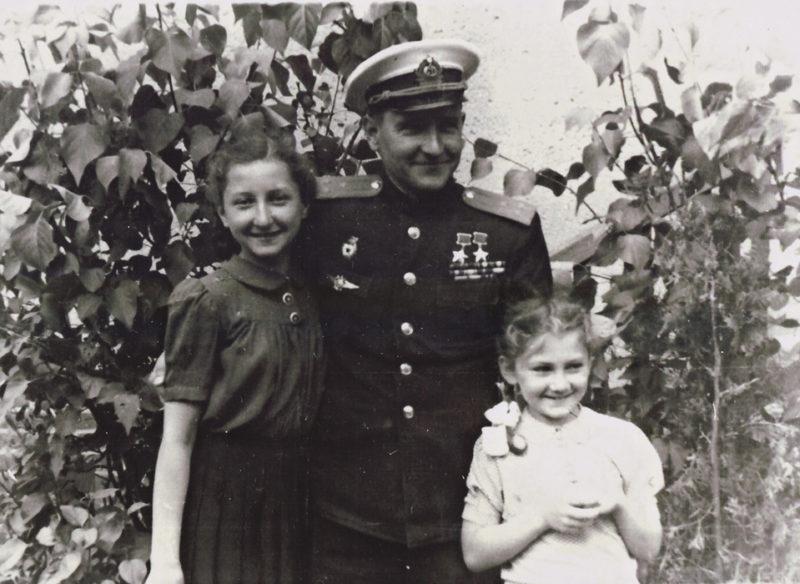 Челноков с дочерьми. 1945 г.