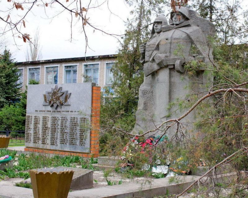 х. Генераловский Котельниковского р-на. Памятник, установленный на братской могиле, в которой похоронено 44 воина, погибших в дни войны.