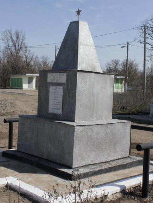 ж.д. ст. Гремячая Котельниковского р-на. Братская могила, в которой захоронено 62 советских воина.