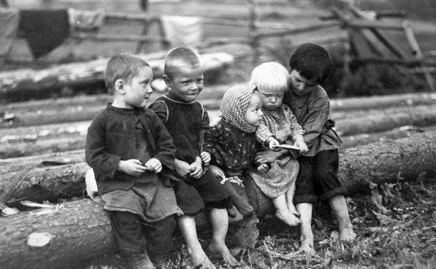 Деревенские дети. Псковская область. 1944 г.