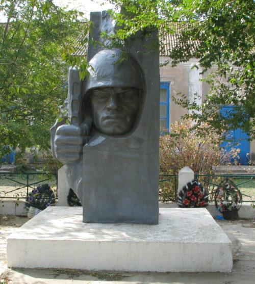 п. Котельников Котельниковского р-на. Братская могила, в которой захоронено 9 советских воинов.