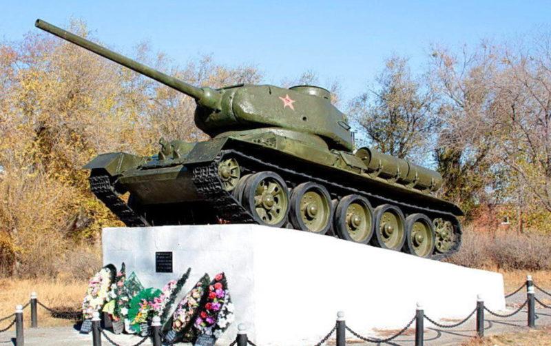 г. Котельниково. Памятник-танк Т-34, установленный в память гвардейцев-танкистов 3-го гвардейского танкового корпуса.