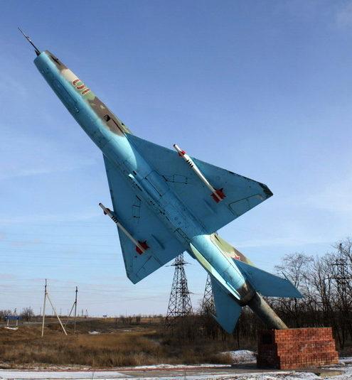 г. Котельниково. Памятник-самолет в честь воинов Качинского военного училища летчиков.