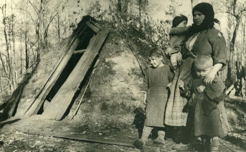 Жизнь в землянке вместо сожженного дома. Белоруссия, 1943 г.
