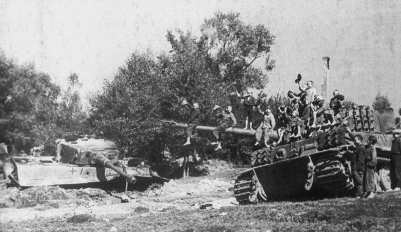 Белорусские дети у подбитых немецких танков под Минском. Август 1944 г.