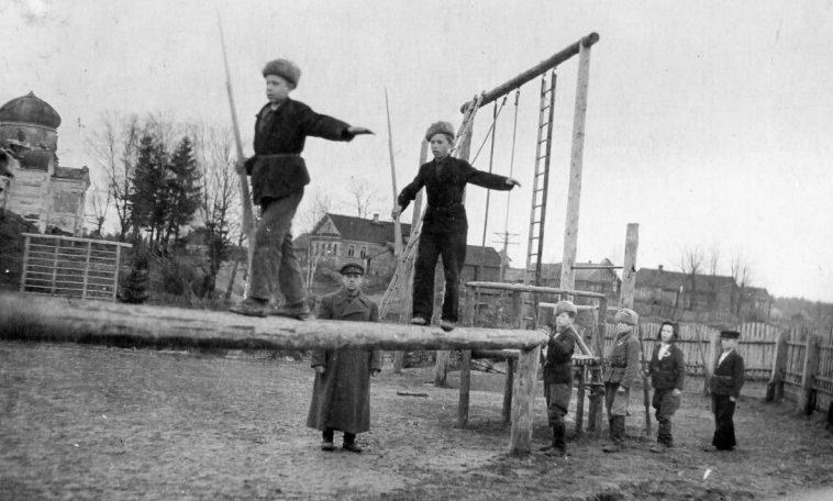 Севастопольские дети играют у брошенного немецкого орудия. 1944 г.