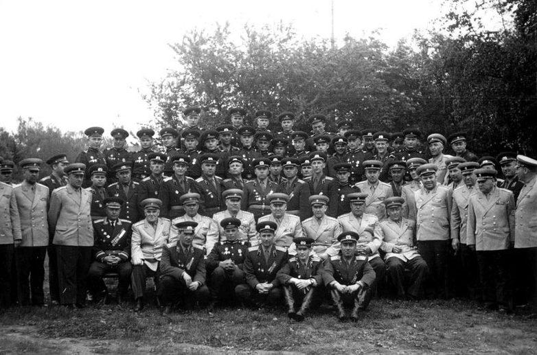 Главком ГСВГ Якубовский И.И. среди награждённых военнослужащих. Бернау, 1962 г.