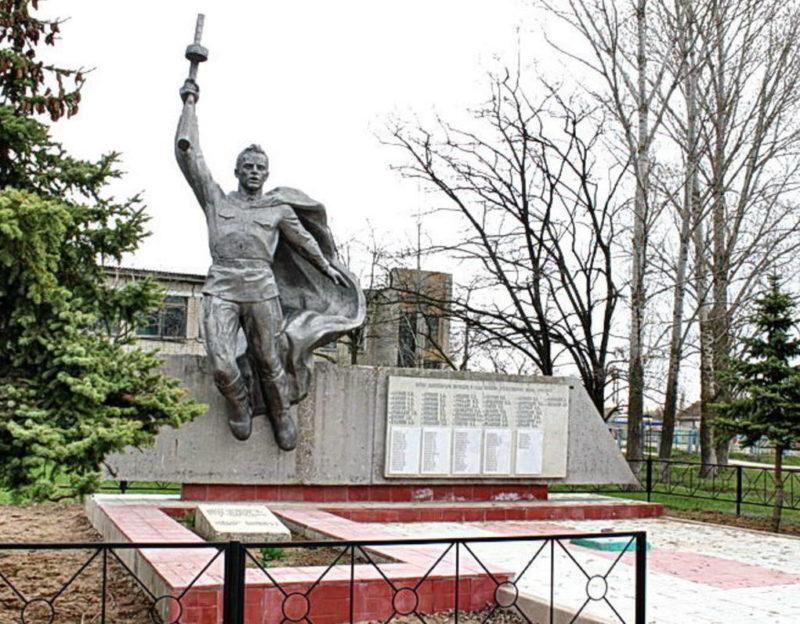 х. Красноярский Котельниковского р-на. Памятник, установленный на братской могиле, в которой похоронено 52 советских воинов.