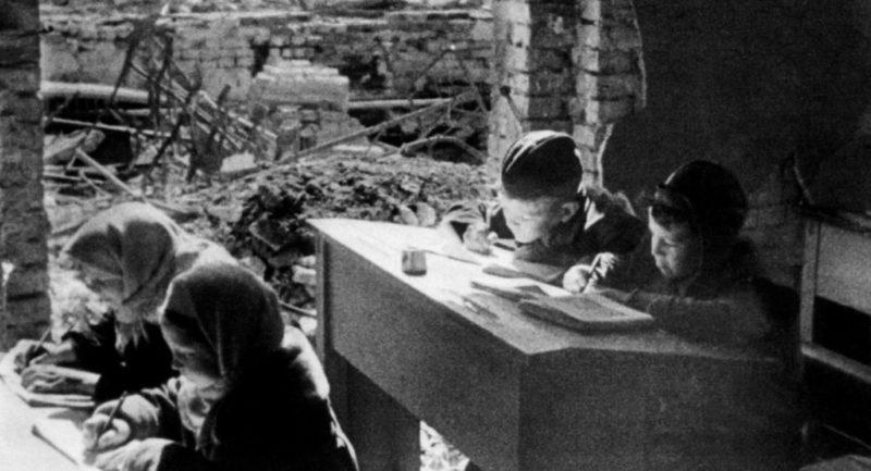 Занятия в разрушенной школе. 1944 г.