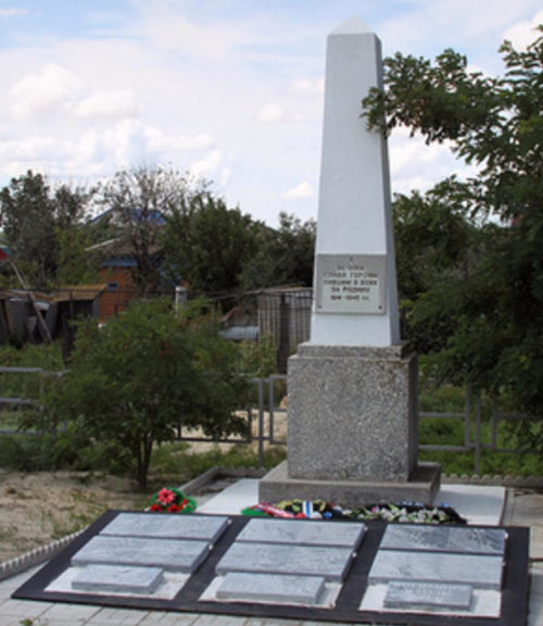 п. Лог Иловлинского р-на. Памятник, установленный в 1977 году на братской могиле, в которой похоронно 80 советских воинов.