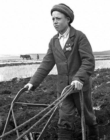 14-летний Илья Дружков заменил отца, ушедшего на фронт. 1944 г.