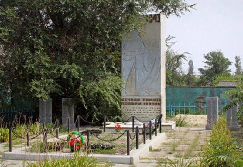 х. Медведев Иловлинского р-на. Памятник, установленный в 1965 году на братской могиле, в которой похоронено 295 советских воинов, в т.ч. 86 неизвестных.