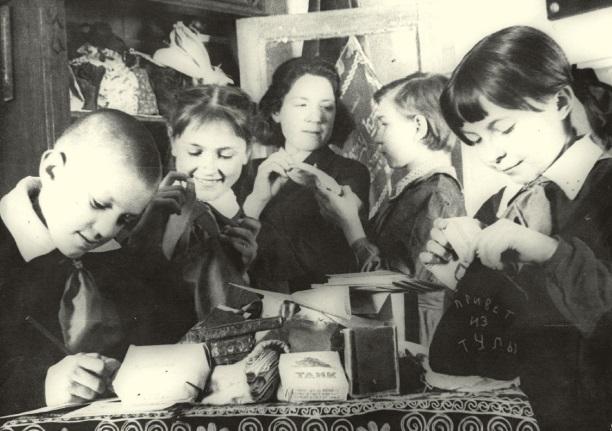 Пионеры готовят посылки на фронт. 1944 г.
