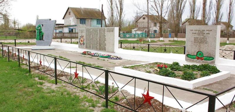х. Нижнеяблочный Котельниковского р-на. Братская могила советских воинов, погибших в дни Сталинградской битвы,