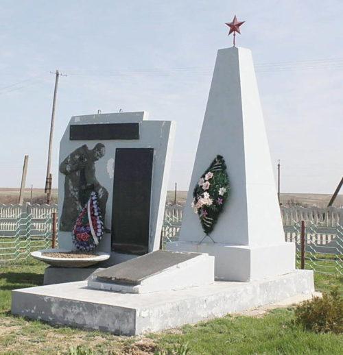 х. Нижние Черни Котельниковского р-на. Братская могила, в которой захоронен 41 советский воин.