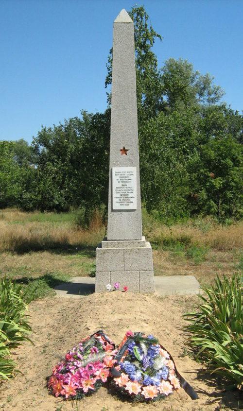 х. Писарёвка Иловлинского р-на. Памятник советским воинам во дворе сельского клуба.