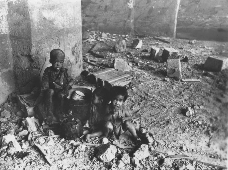 Филиппинские дети-сироты на улице разрушенной Манилы. 1945 г.