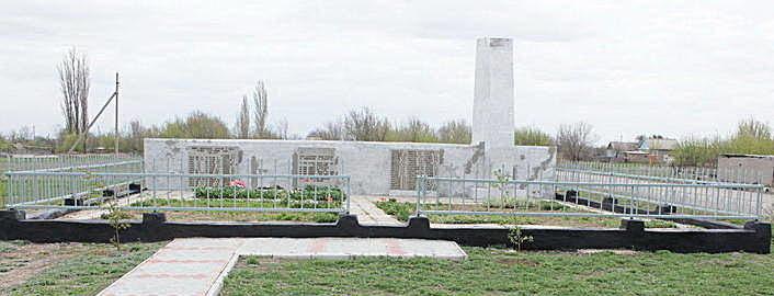 ст-ца. Пугачевская Котельниковского р-на. Памятник, установленный на братской могиле, в которой похоронено 13 советских воинов.