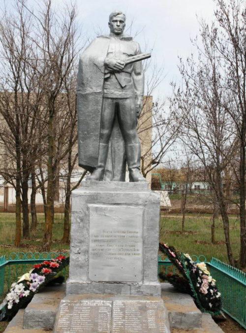 п. Равнинный Котельниковского р-на. Памятник, установленный на братской могиле, в которой похоронен 61 советский воин.