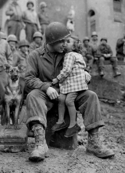 Американский солдат Элвин Харлей с французской девочкой. Февраль 1945 г.