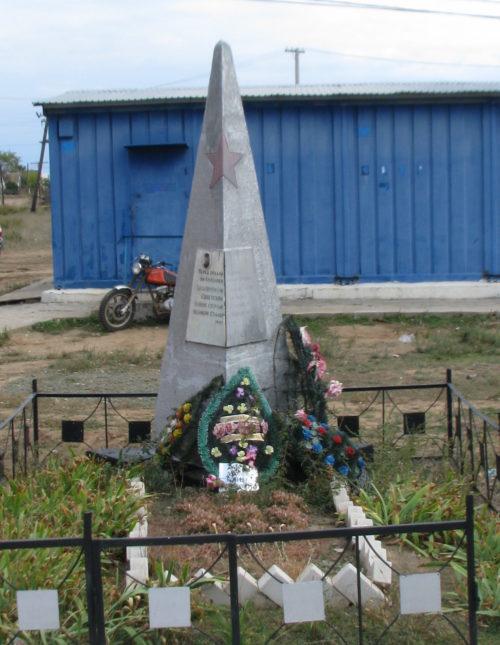 п. Равнинный Котельниковского р-на. Братская могила советских воинов.