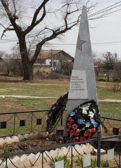 п. Чилеково Котельниковского р-на. Братская могила, в которой захоронено 26 советских воинов.