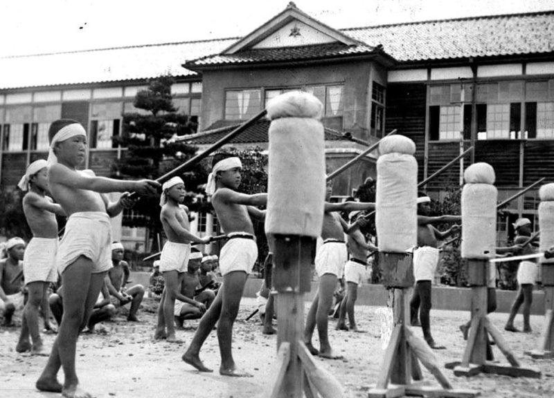 Японские школьницы на занятии с бамбуковыми мечами. 1942 г.