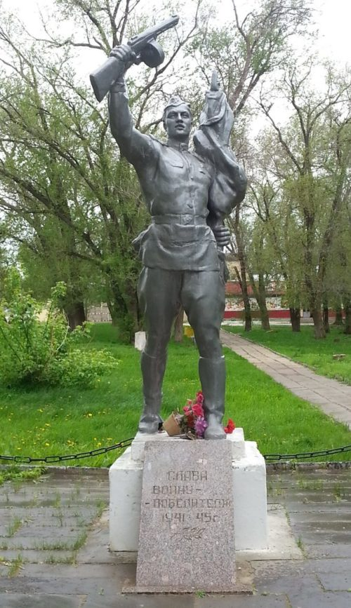 г. Котово. Памятник воинам советским воинам, установленный у церкви.