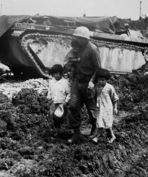 Японские дети с американским морским пехотинцем на Окинаве. 1945 г.