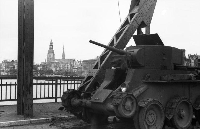 Сломанный советский танк на Земгальском мосту в Риге.