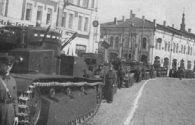 Советские танки в Орле на Кооперативной (Гостиной) улице. 1939 г.
