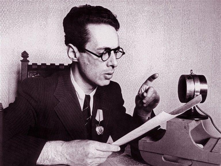 Диктор Юрий Левитан перед микрофоном в годы войны.