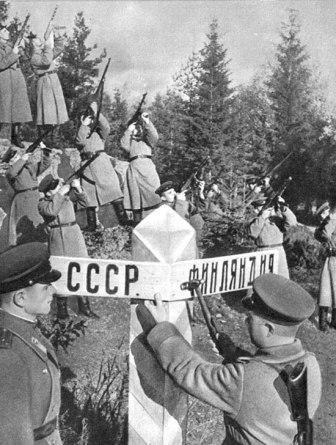 Советские военнослужащие восстанавливают пограничный знак на границе с Финляндией.