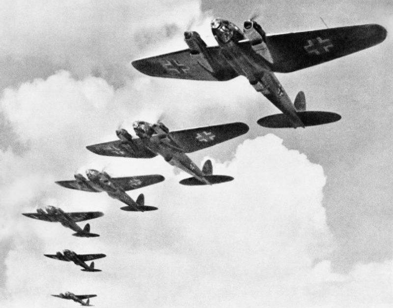 Немецкие бомбардировщики «Heinkel He-111s» над Британией.