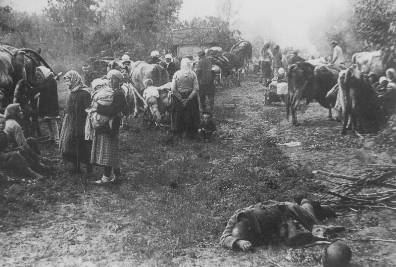 Тело погибшего красноармейца и беженцы у дороги под Воронежем. Июнь 1942 г.