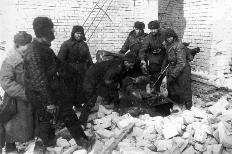 Красноармейцы берут в плен немецкого снайпера в разрушенном доме Сталинграда. 1942 г.