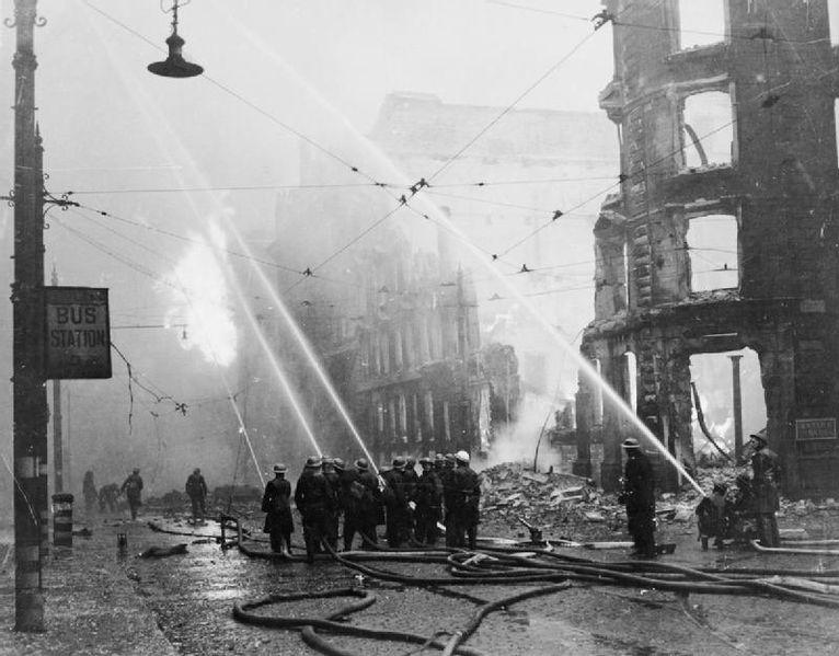 Пожарные тушат пожар в центре города.