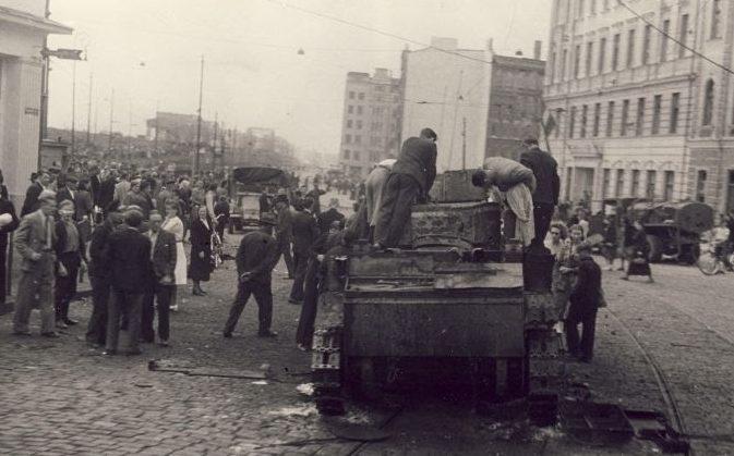 Подбитый советский танк на Привокзальной площади.