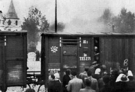 Погрузка депортированных в грузовые вагоны в Риге.