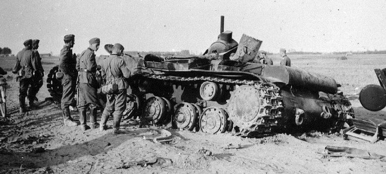 Немецкие солдаты рассматривают уничтоженный танк КВ-1 в районе Каунаса